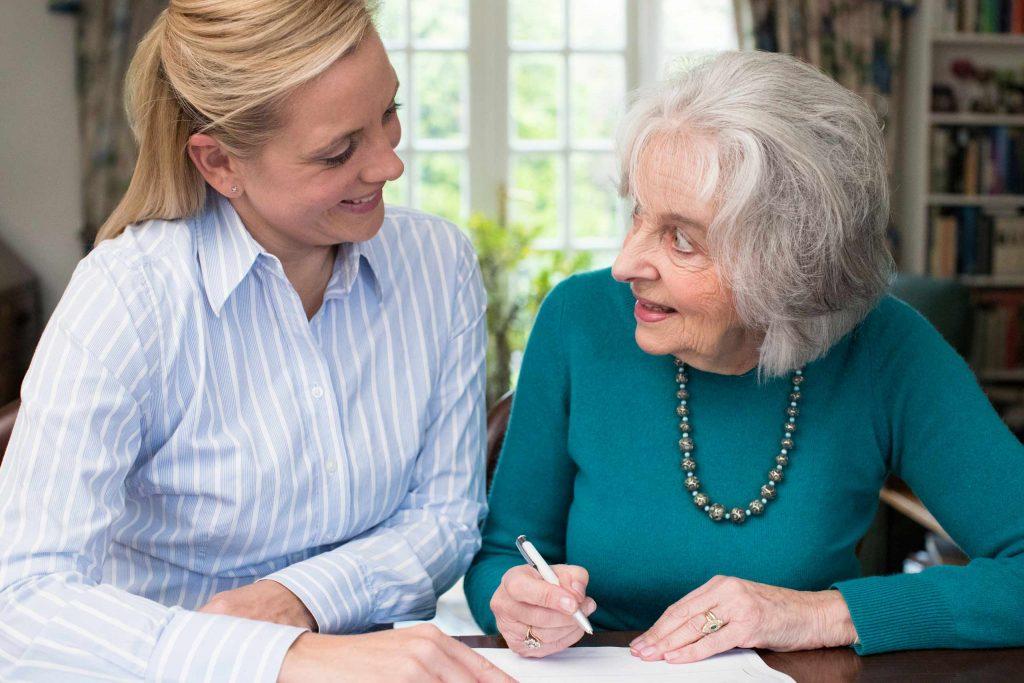 laawyer helping an elderly woman write her will
